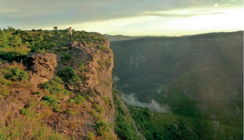 Sans voiture, les visiteurs peuvent accéder à des sites uniques. Ici, le cirque de Navacelles, en région Occitanie, dans la région méridionale des Grands Causses.