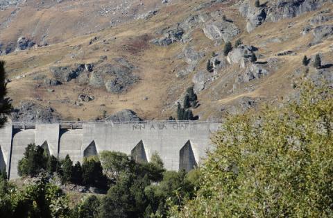 Graffiti sur le barrage de Plan d'amont (Aussois, Maurienne, Parc national de la Vanoise) inscrit après l'inauguration d'un nouvel aménagement des parkings au pied du barrage, destiné à mieux organiser les flux touristiques.