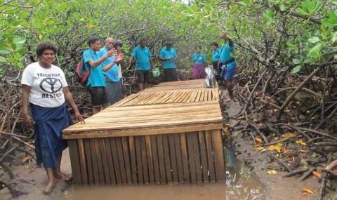 Visite de terrain dans une ferme de crabes de mangroves à l'occasion du forum annuel des LMMA (Fidji). © Rojo Cyrielle Randrianarivony - LMMA-Network International
